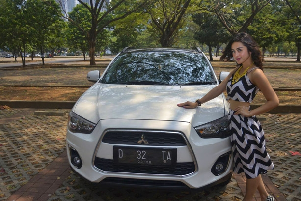 Selvy Kitty Pilih Mobil Outlender